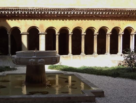 663 Santi Quattro Coronati Chiostro.jpg