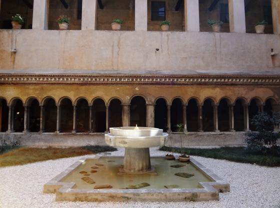 671 Santi Quattro Coronati Chiostro.jpg